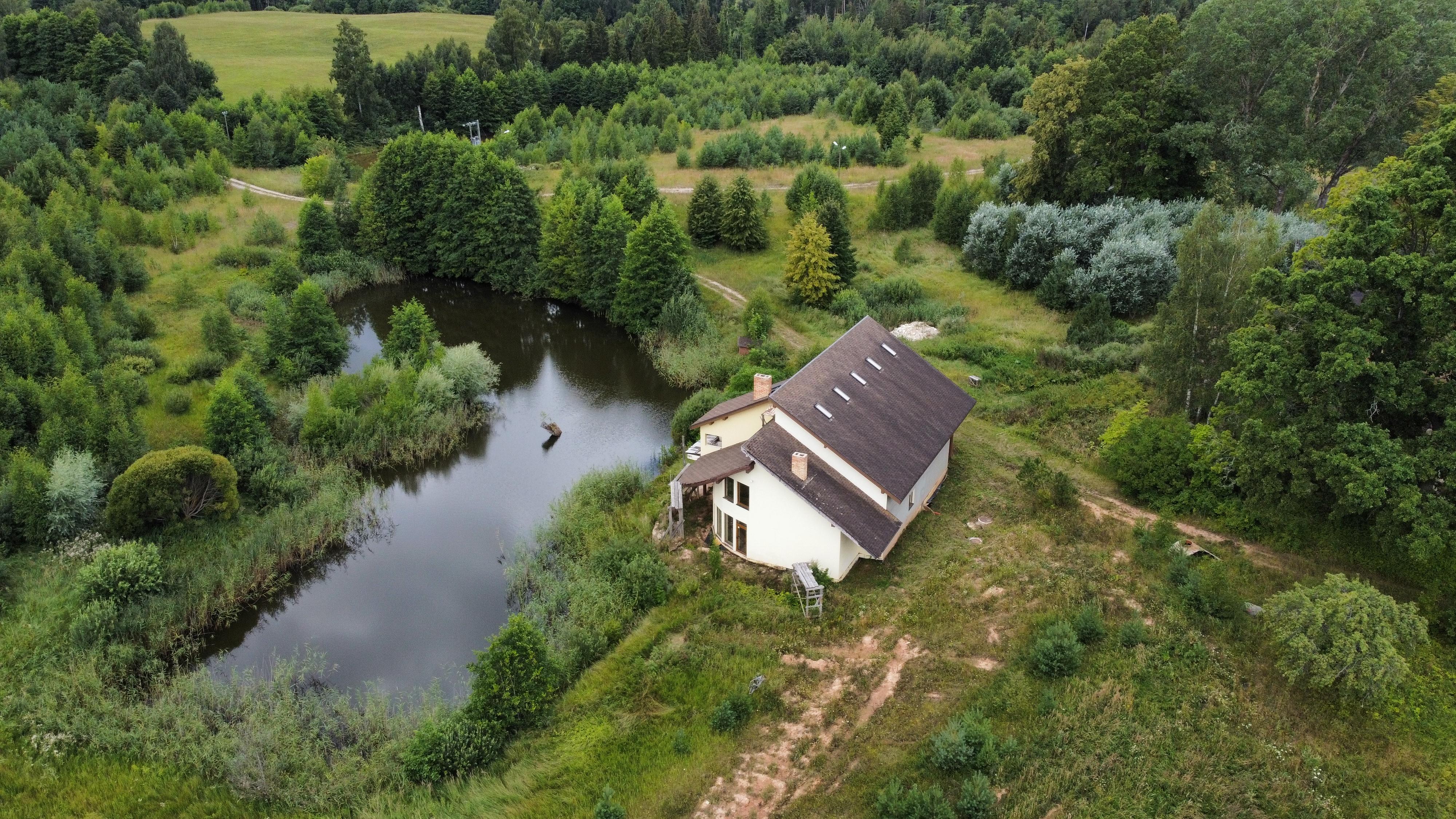 Pārdod māju, Kalēji - Attēls 1